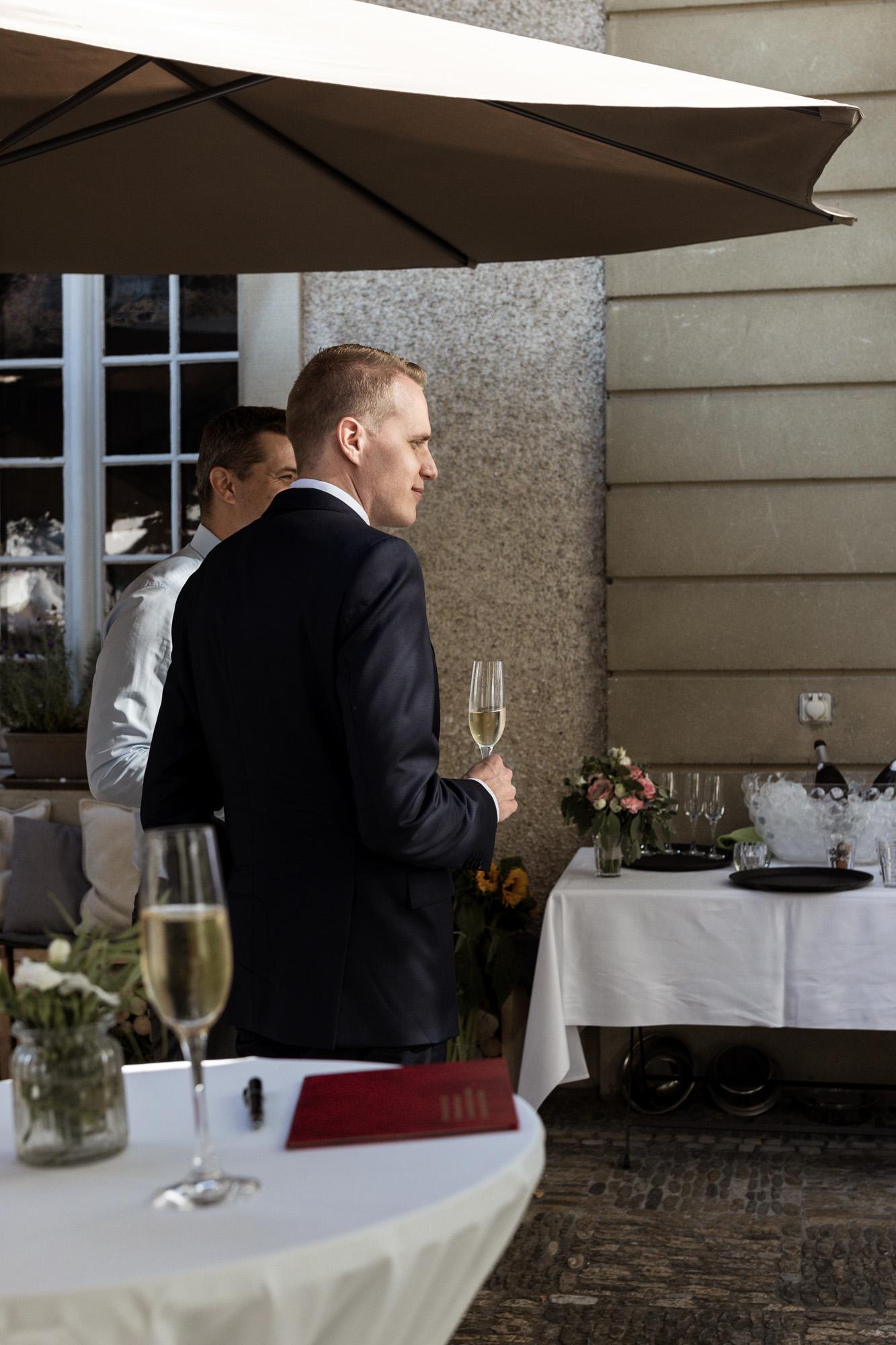 Bistro Reihalle - Der Bräutigam beim Hochzeitsapero - Hochzeitsfotografen Basel