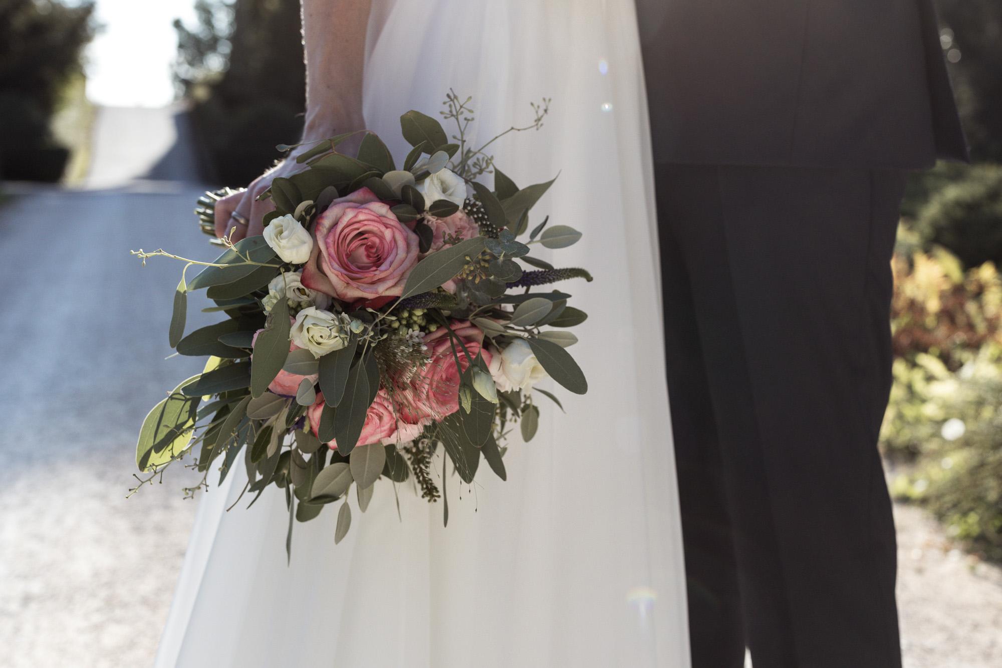 Brautpaar Fotoshooting im Wenkenpark - Der Brautstrauss - Hochzeitsfotograf Basel