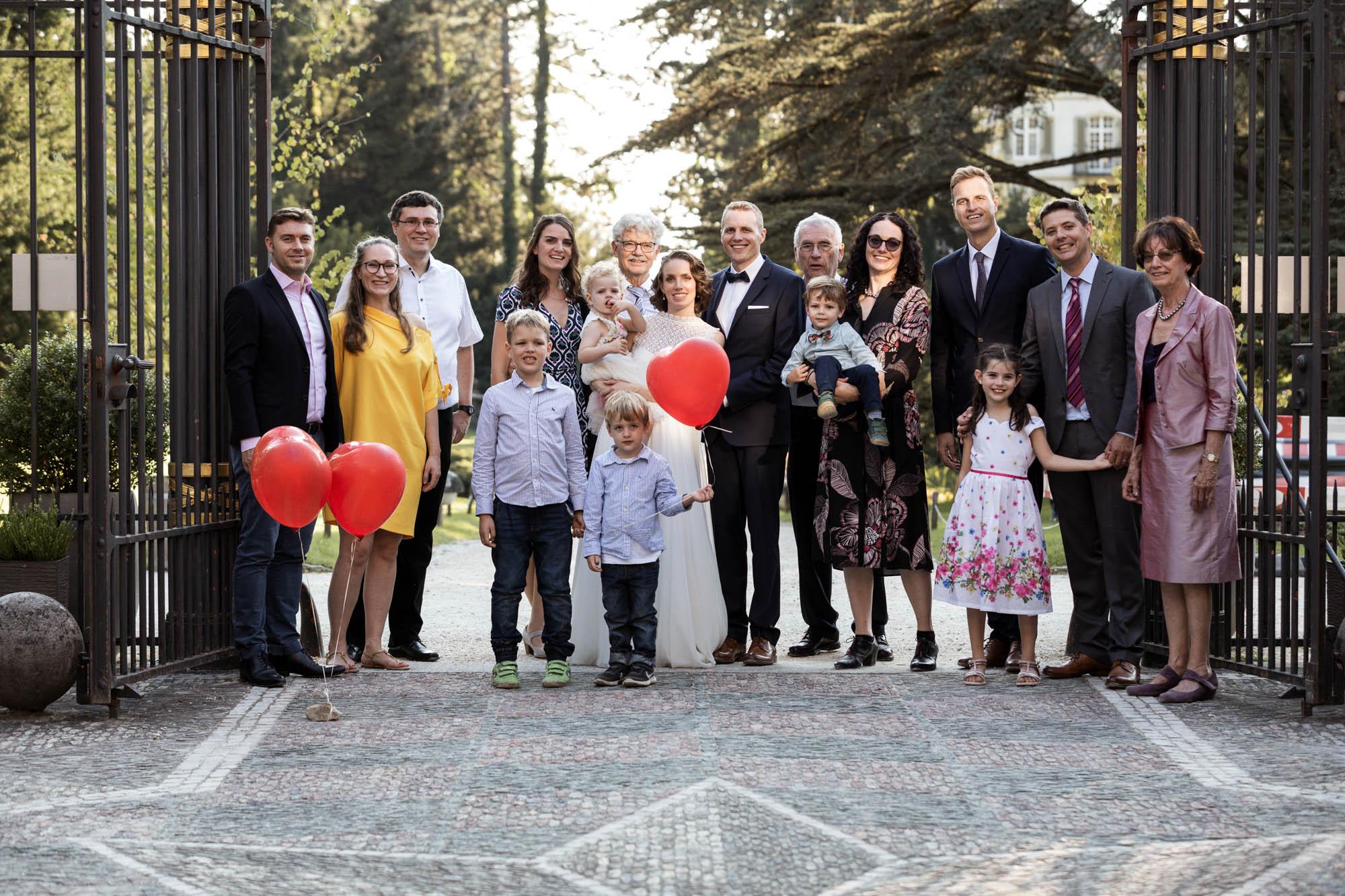 Gruppenbild Hochzeit Familienbild im Wenkenpark in Riehen - Hochzeitsfotograf Basel