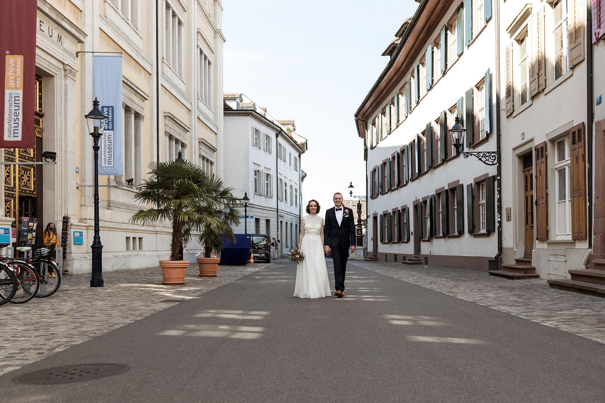 Das Paar spaziert durch die Altstadt von Basel - Hochzeit Basel - Hochzeitsfotografen Basel