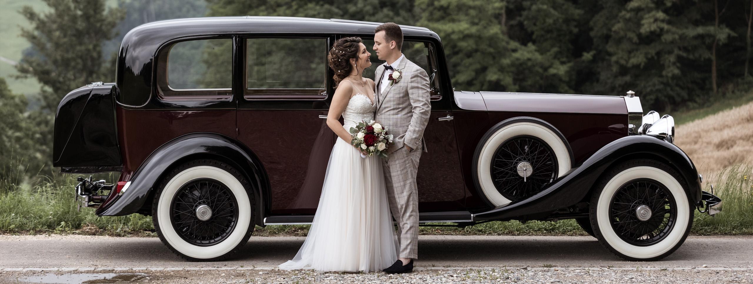 Hochzeit in Basel Baselland Brautpaar mit Auto - Hochzeitsfotografen Basel
