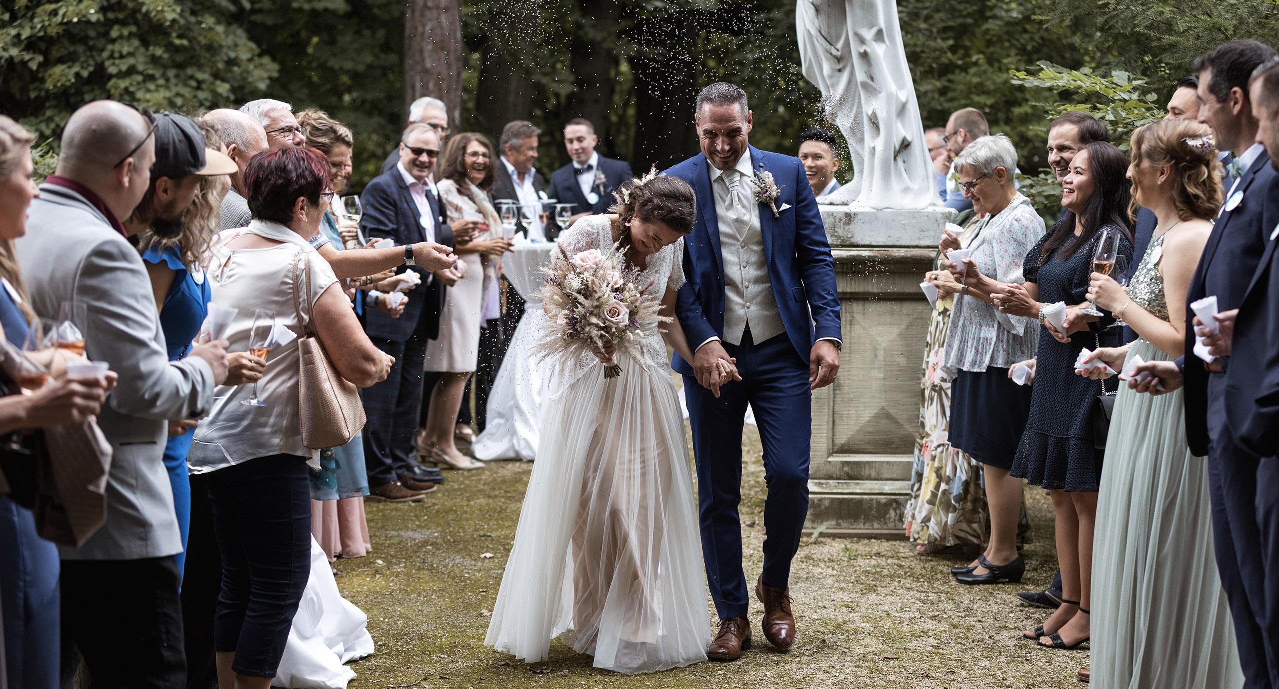 Hochzeitsfotografen Basel Schweiz - Brautpaar beim Auszug - Nicole.Gallery